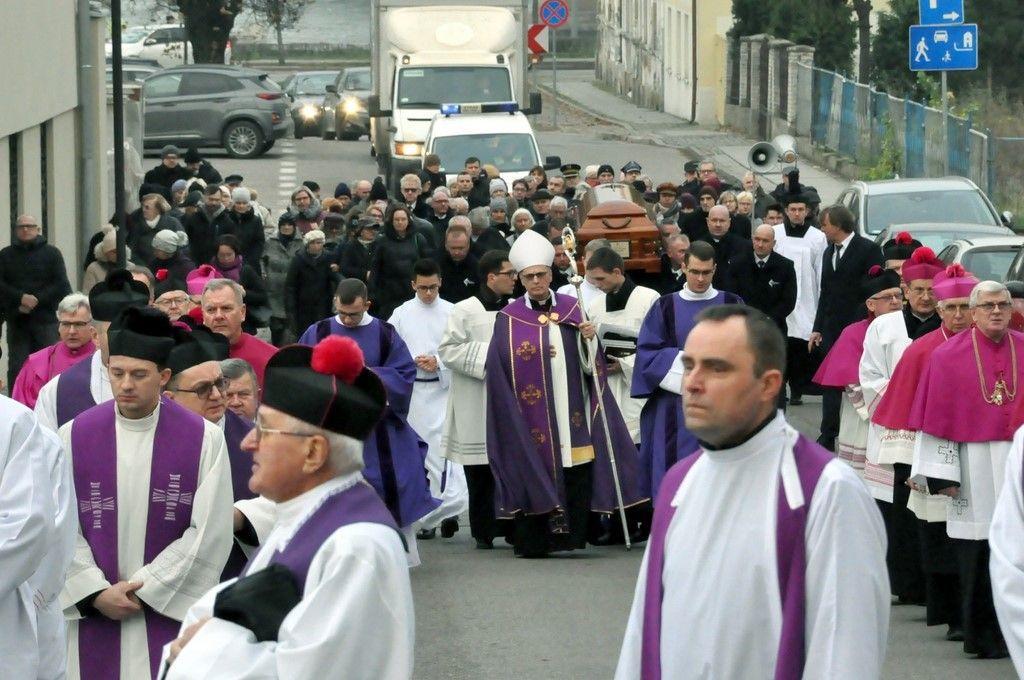 Ostatnia droga śp. biskupa Bronisława Dembowskiego